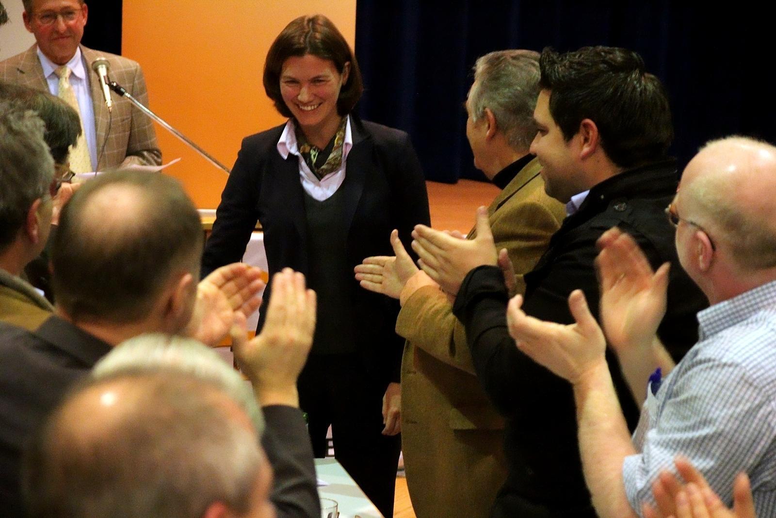Nach dem hervorragenden Ergebnis zur Nominierung als Landrätin nimmt Tanja Schweiger zahlreiche Glückwünsche entgegen.
