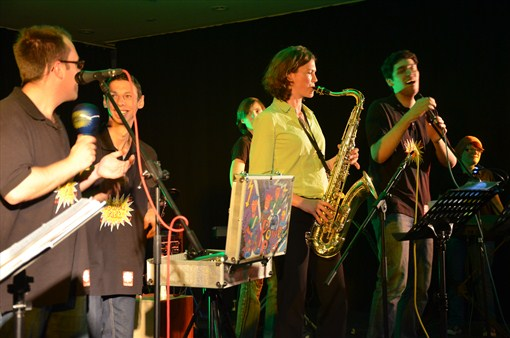 Das rockt: Landrätin Tanja Schweiger mit dem Saxophon zusammen mit der Band PowerPack.