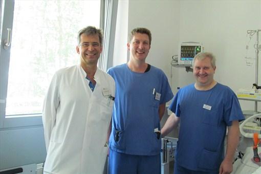 Der Ärztliche Direktor der Kreisklinik Wörth a. d. Donau, Dr. med. Wolfgang Sieber, mit dem neuen Ärztlichen Leiter der Intensivstation/Intermediate Care, Dr. med. Markus Schmola, und Stationsleiter Hubert Putzer (v. l.).