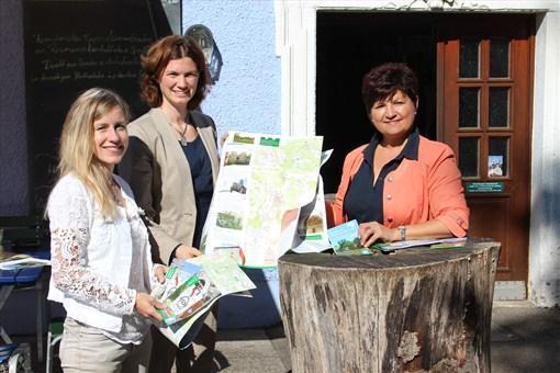 Susanne Kammerer, Landrätin Tanja Schweiger und Bürgermeisterin Irmgard Sauerer stellten die neue Bugensteige-Karte in Brennberg vor. (v. l.)