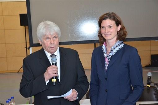 Landrätin Tanja Schweiger (r.) wird von Kreisrat Hans Jeserer vereidigt.