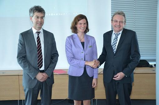 Landrätin Tanja Schweiger (Mitte) verabschiedet Verwaltungsleiter Siegfried Schulz (r.) in den Ruhestand. Die Nachfolge von Schulz tritt Rechtsdirektor Robert Kellner (l.) an.
